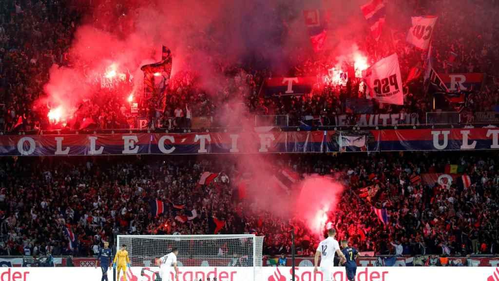 Los ultras del PSG encienden bengalas durante el partido