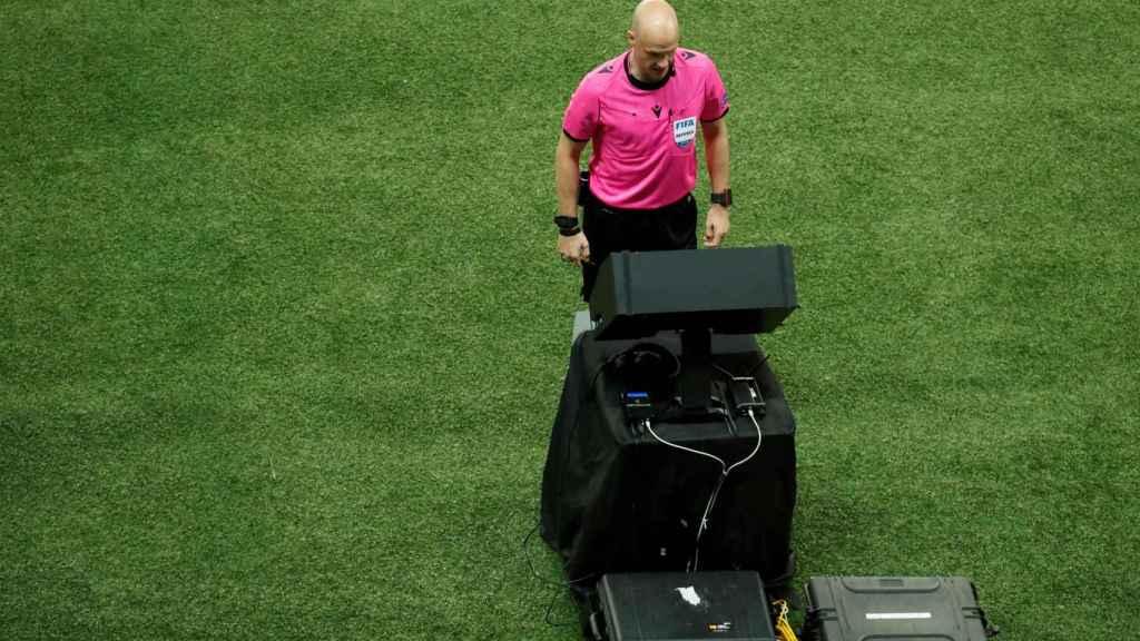 El colegiado Anthony Taylor consulta el VAR y anula un gol de Gareth Bale
