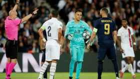 El árbitro invalida un gol de Benzema