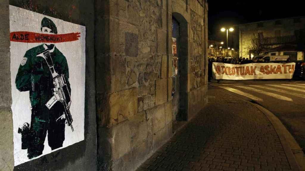 Campaña contra la Guardia Civil en Alsasua con el lema 'Alde hemendik! (fuera de aquí)./