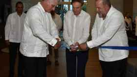 El elegido Primer Ministro de Cuba, el presidente del país y Gabriel Escarrer durante la inauguración del Hotel Meliá Internacional Varadero.