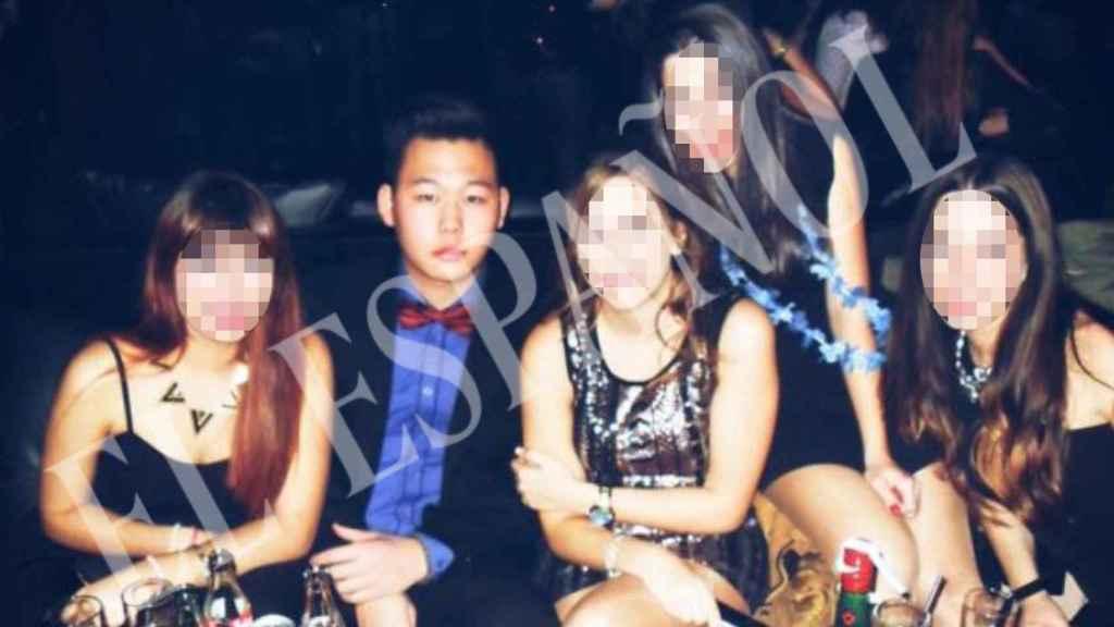 Kevin C.B junto a unos amigos en un reservado en una discoteca.