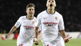 Chicharito celebra su gol con el Sevilla
