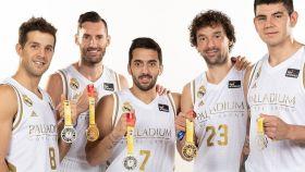 Laprovittola, Rudy, Campazzo, Llull y Deck con las medallas conseguidas en el Mundial de baloncesto
