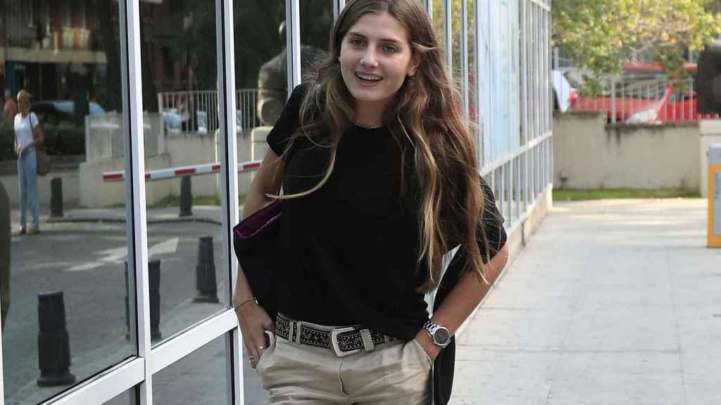 Amina Martínez de Irujo ha querido visitar a su padre en la Clínica Luz de Madrid.