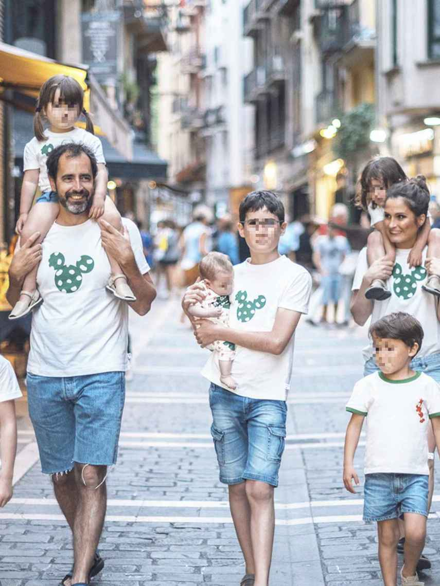 La familia al completo con las nuevas camisetas de Mickey x Green Cornerss.