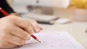 Un técnico participa en un examen para ocupar un puesto de funcionario local (Foto de archivo).