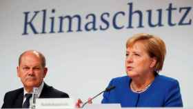 La canciller Angela Merkel y su ministro de Finanzas, Olaf Scholz, en rueda de prensa.