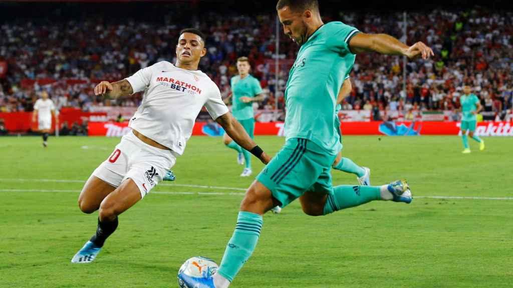 Diego Carlos persigue a Hazard, en el Sevilla - Real Madrid