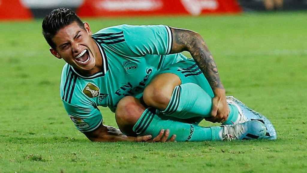 James Rodríguez, de verde, se duele tras una entrada en el Sevilla - Real Madrid