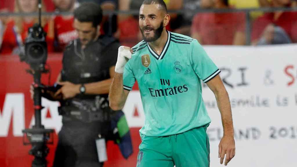Karim Benzema celebra el gol del Real Madrid ante el Sevilla