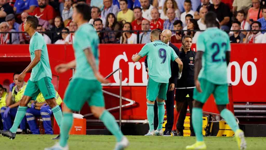 Benzema celebra con Zidane su gol en el Sevilla - Real Madrid
