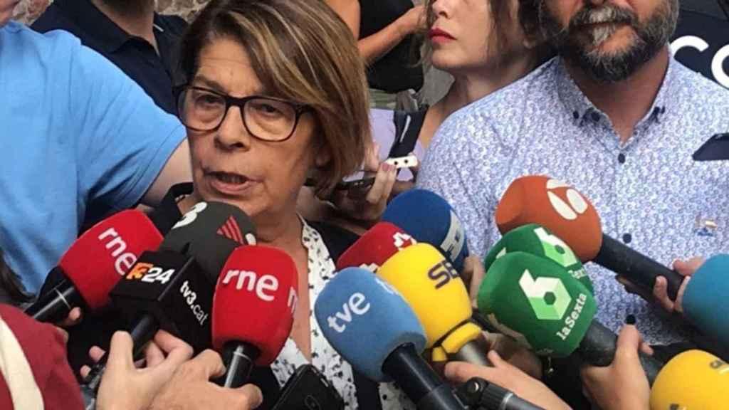 Inés Sabanés atiende a la prensa a la salida de la asamblea de Más Madrid.