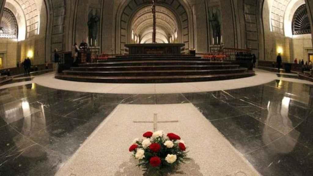 Tumba de Franco en el altar de la basílica del Valle de los Caídos./