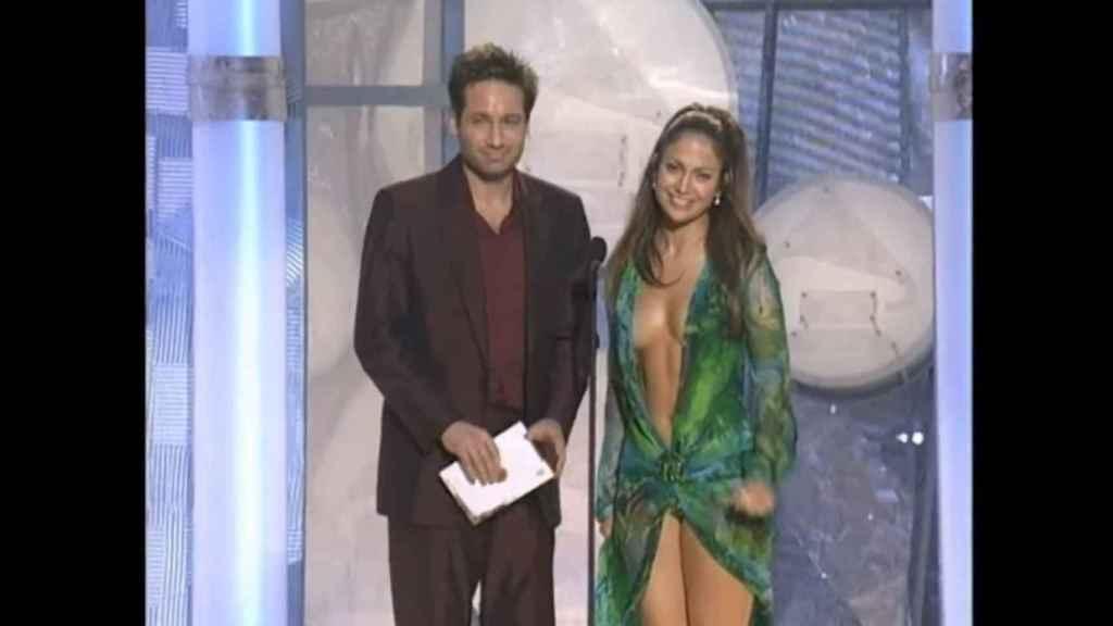 David Duchovny y Jennifer Lopez en los GRAMMY del año 2000.