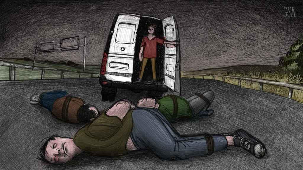 Recreación del momento en que un hombre arroja tres cuerpos maniatados a una autovía gaditana.