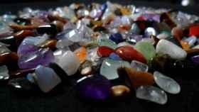 Piedras como cuarzo hialino, prehnita, amatista,  ojo de tigre y calcedonia, entre otras.