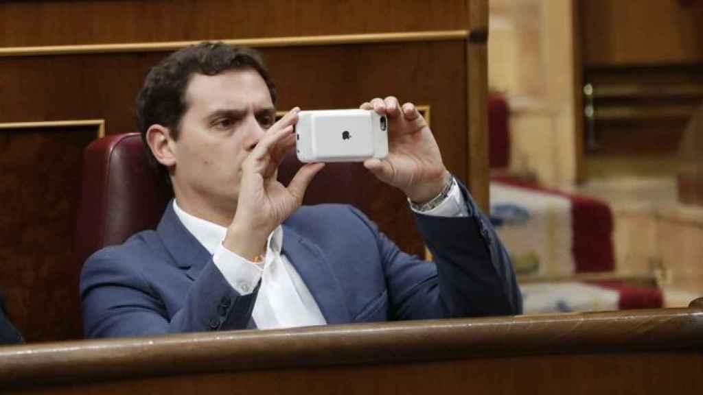 Albert Rivera con su teléfono móvil en el Congreso de los Diputados.