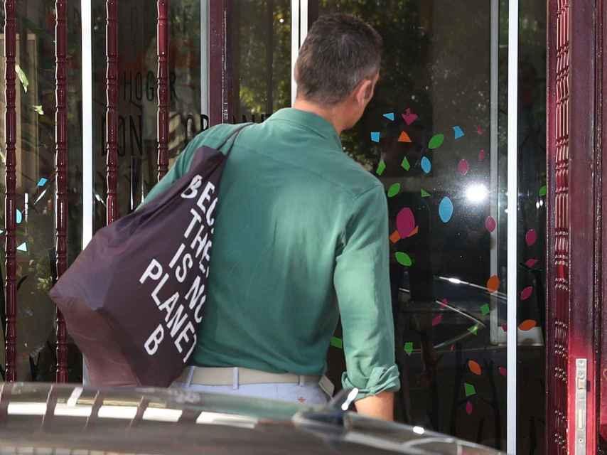 Iñaki Urdangarin con una bolsa de la marca Ecoalf.