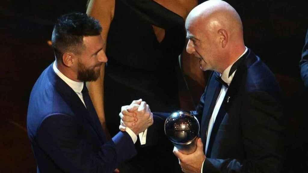 Messi recoge el premio The Best 2019 de la mano de Infantino (presidente de la FIFA).