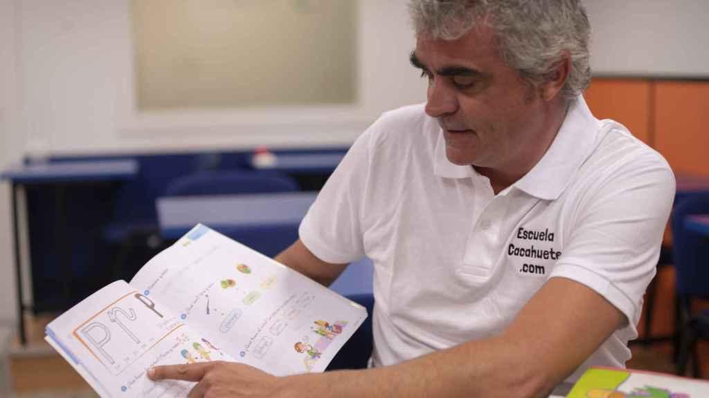 Juan Hortal enseña el libro a este periódico.