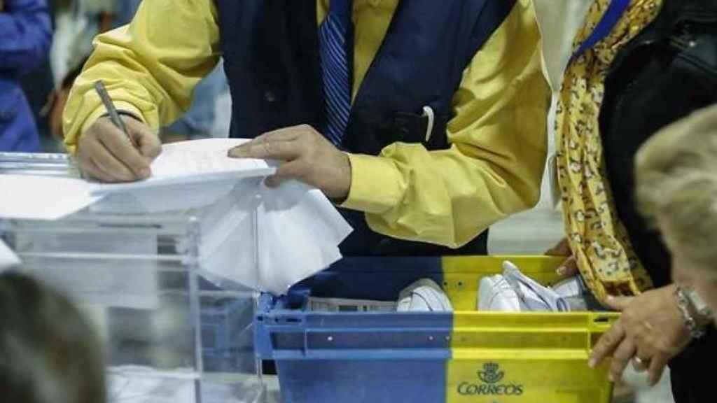 Un trabajador de Correos lleva los votos a una mesa electoral