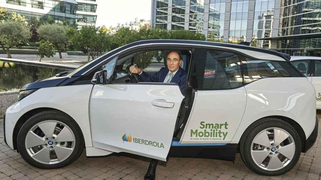 El presidente de Iberdrola, Ignacio Sánchez Galán, en un vehículo eléctrico.
