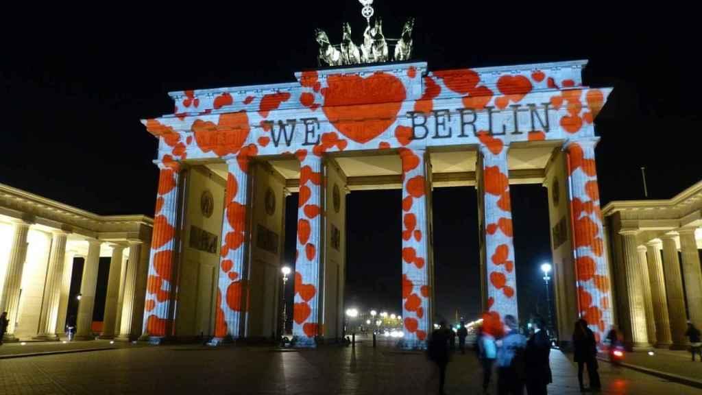 Berlín acoge otro de los maratones más importantes: en la imagen la Puerta de Brandeburgo durante el festival de colores.
