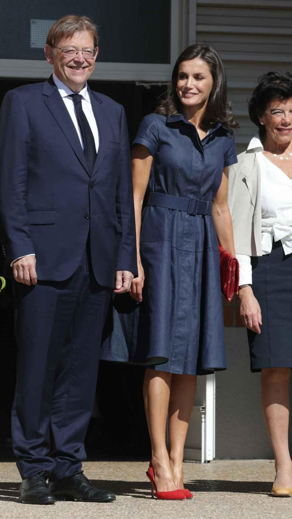 La reina Letizia con vestido denim de Carolina Herrera.