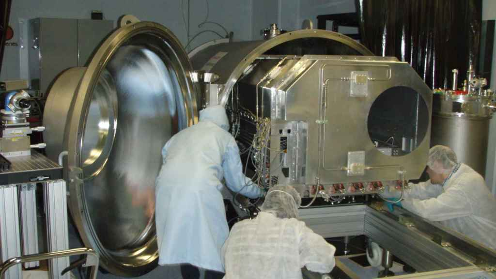 Brazo de infrarrojo cercano. El detector del espectrógrafo tiene que estar en una cámara de vacío criogénica con condiciones estabilizadas de presión y temperatura.