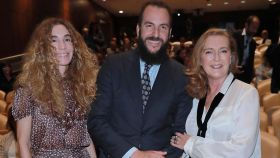 Borja y Blanca Cuesta junto a Francesca Thyssen.