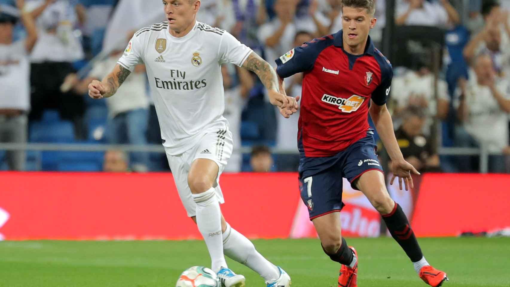 Toni Kroos ante Marc Cardona, en el Real Madrid - Osasuna de La Liga