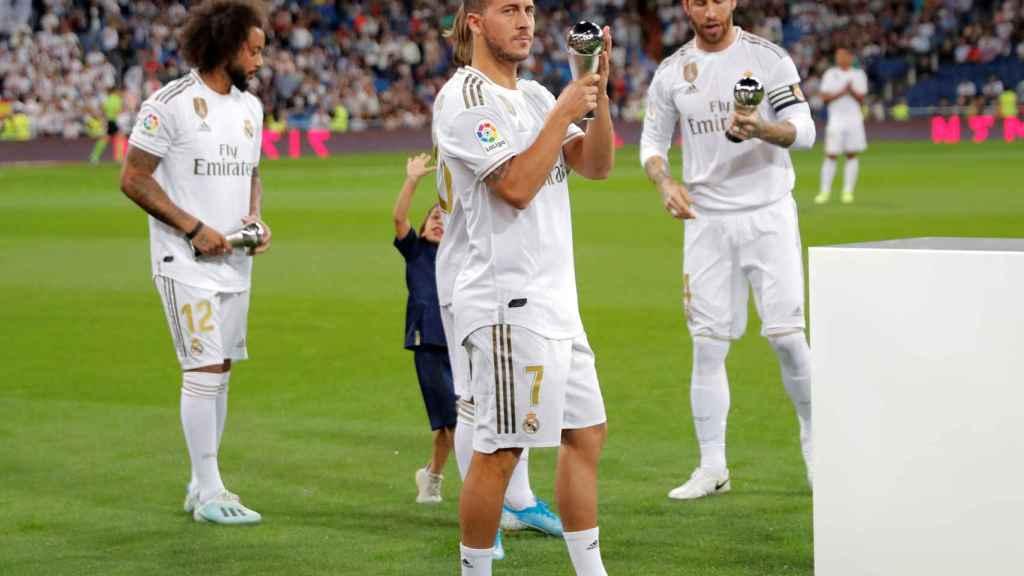 Eden Hazard ofrece su premio del XI FIFPro a la afición del Real Madrid
