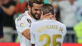 Nacho celebrando y consolando a Vinicius Júnior
