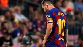 Messi sale del campo lesionado durante el Barcelona - Villarreal