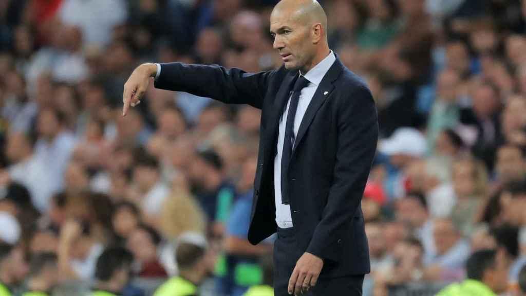 Zidane da órdenes técnicas en la banda del Santiago Bernabéu