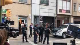 Mossos d'Esquadra y guardias civiles en la operación desplegada este lunes en Cataluña.