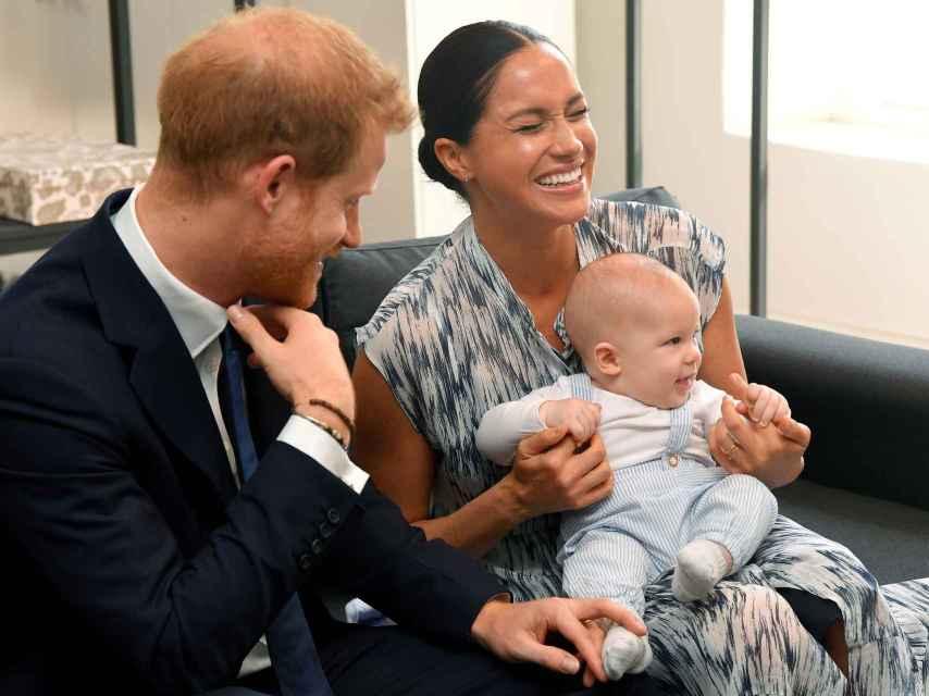 El príncipe Harry, Meghan Markle y el pequeño Archie durante su viaje oficial a África.