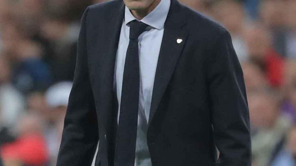 Zinedine Zidane, dando órdenes en la banda del Santiago Bernabéu