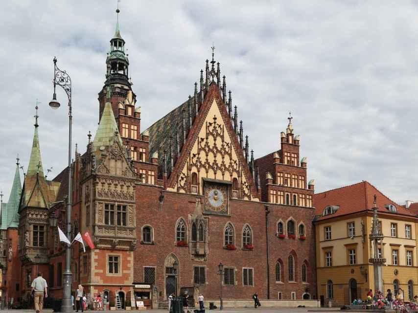 El ayuntamiento es uno de los edificios importantes de la antigua plaza medieval.