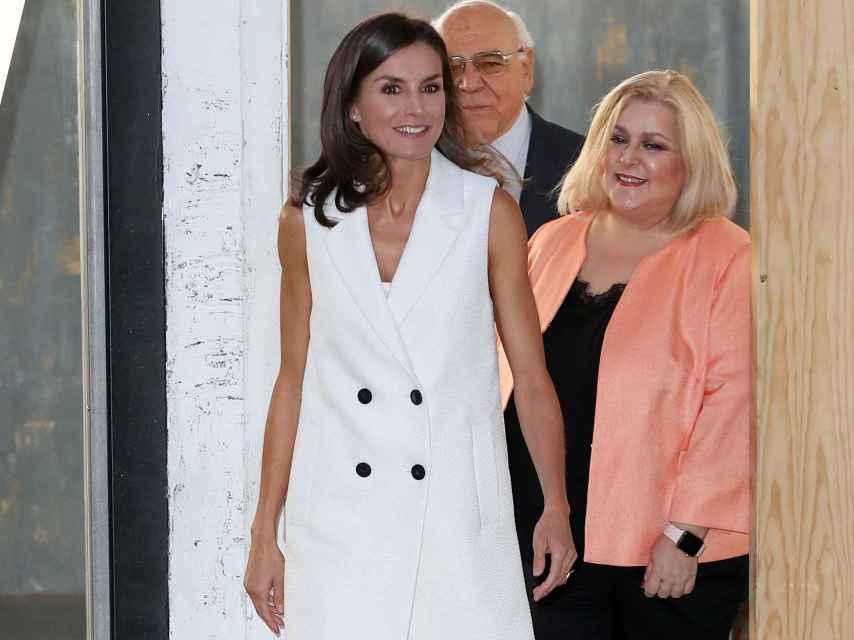 La reina Letizia ha vuelto a lucir un chaleco blanco, con botones en color negro.