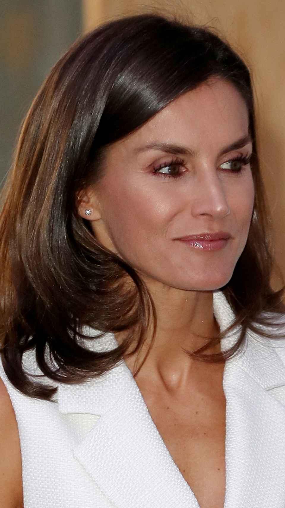 La Reina ha lucido los pendientes de estrella de Chanel durante toda la semana.