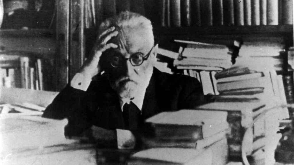Miguel de Unamuno, en su despacho.