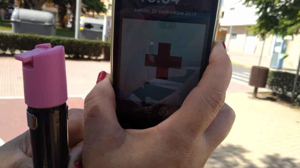 Asunción sujetando el spray de gas pimienta que siempre lleva cuando sale a la calle y el teléfono de emergencia