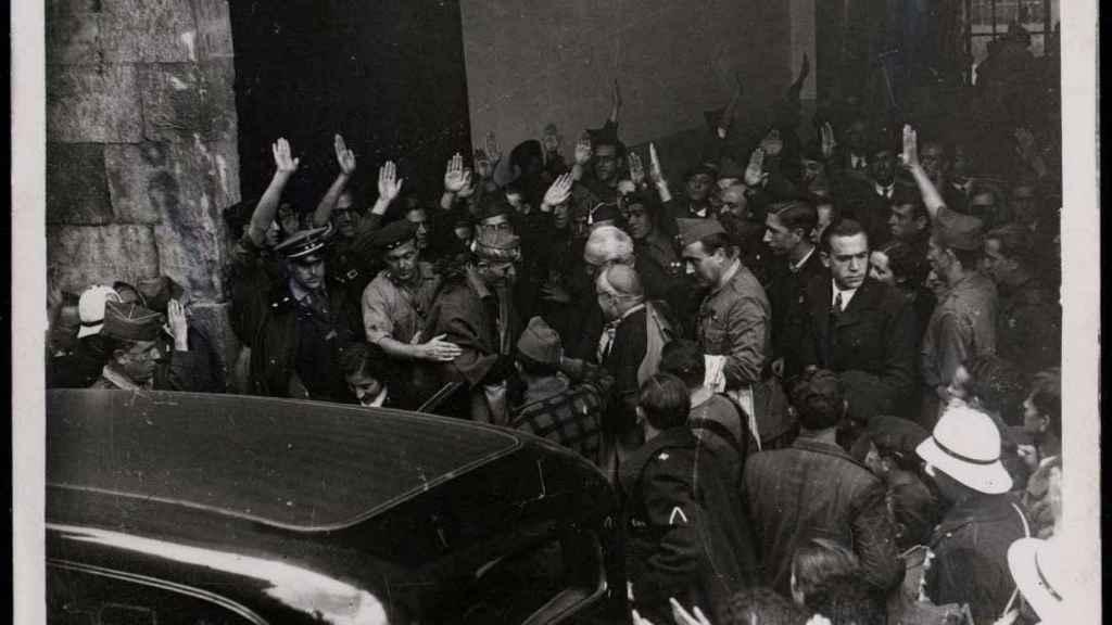 Millán Astray y Unamuno, en el centro, a la salida del acto del paraninfo el 12 de octubre.