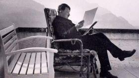 Adolf Hitler, leyendo relajado unos documentos en su casa de Berghof.