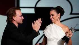 Bono entrega el premio del festival de San Sebastián a Penélope Cruz