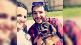 Silvia y Dani junto a su perra Bimba.