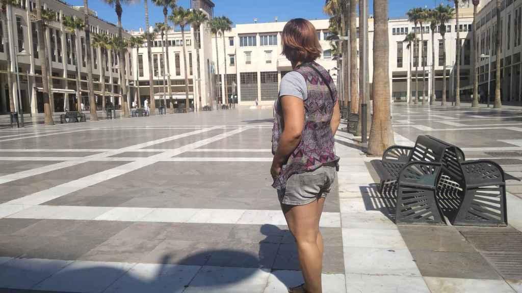 Anabel (nombre ficticio), víctima de violencia de género, mirando al Ayuntamiento de El Ejido.