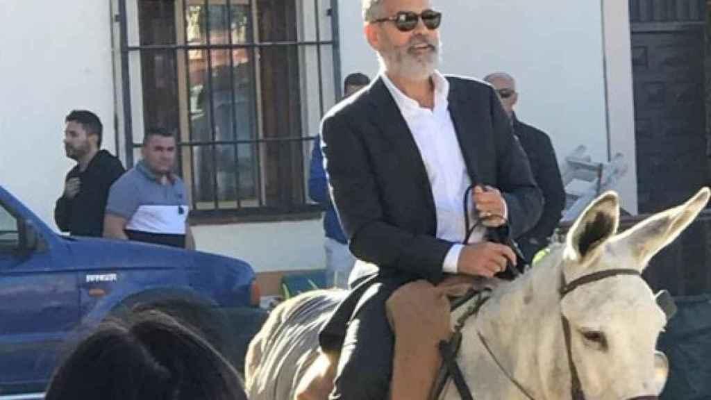 El actor paseando por el pueblo madrileño